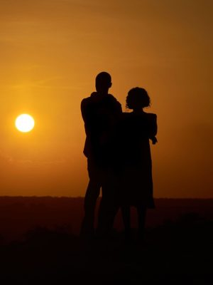 Silueta páru, muže a ženy jako upoutávka na partnerský aurogram